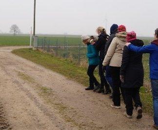 Gruppe beim Kennenlernen des Erfahrungsfeld Bauernhof